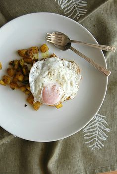 Indian spiced potatoes with fried egg / Batatas com especiarias e ovo frito by Patricia Scarpin, via Flickr