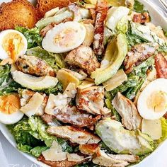 One of the best healthy salads for lunch is this Skinny Chicken and Avocado Caesar Salad Think Food, I Love Food, Good Food, Yummy Food, Tasty, Delicious Meals, Healthy Salads, Healthy Eating, Healthy Recipes