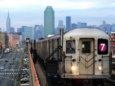 The Number 7 Train Runs Through the Queens Borough of New York Photographie sur AllPosters.fr