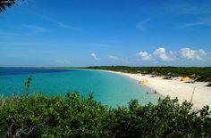 Cuba  CAYO SANTA MARIA  Cuba con i suoi 114.097 kmq si allunga da ovest ad est in un semicerchio di circa 1.250 km ed è un ponte naturale fra l'universo anglosassone e quello latino.