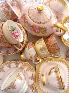 Lovely shades of pink teacups and tea pot ❤
