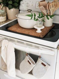 Farmhouse Kitchen Cabinets, Kitchen Tiles, Kitchen Dining, Kitchen Decor, Dining Room, Kitchen Must Haves, Summer Kitchen, Dream House Plans, Life Inspiration