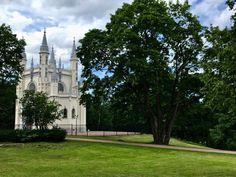 ¡Lee sobre la residencia más romántica de los monarcas rusos en nuestra publicación! Alexandria Park, Peterhof Palace, Seaside Park, Gothic Architecture, Most Romantic, Virtual Tour, Day Trip, Tours, Mansions