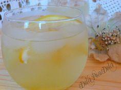 Limonata fatta in casa fresca e dissetante. Pochi minuti per ottenere un drink estivo gustoso e rinfrescante, preparato con uno sciroppo leggero e delicato.