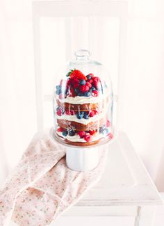 naked cake with mascarpone cream frosting and fresh berries//