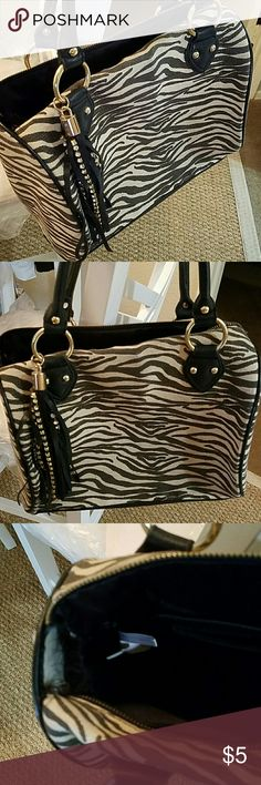 Purse zebra Purse zebra Defective zipper on top broke Sold as is priced to sell Otherwise it was barely used Bags