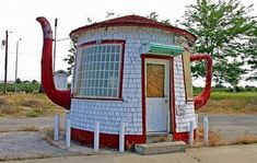 20 Most Bizarre Houses around the worldThe Teapot Dome, a strange house in Zillah (WA, USA). It was built in 1922 as a reminder of the Teapot Dome Scandal involving President Warren G. Harding and a federal petroleum reserve in Wyoming. Unusual Buildings, Interesting Buildings, Crazy Houses, Little Houses, Weird Houses, Tiny Houses, Teapot Dome Scandal, Architecture Unique, Classical Architecture