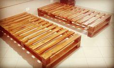 Base de pallets feita de madeira de pinus tratada e certificada, de ótima qualidade, reaproveitada de pallets industriais de um único uso.  Na fabricação os pallets originais são desmontados, as tabuas cortadas nas medidas necessarias. Em seguida a madeira é lixada de forma manual, e montada com ...