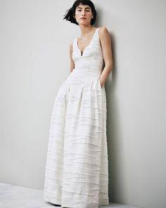 Fashion | O fast fashion está se rendendo ao mercado bridal. A sueca H&M lançou, dentro de sua linha Conscious Exclusive, 4 modelos de vestido de noiva. O lançamento coincide com a exposição Fashion Forward - 300 years of Fashion no Musée des Arts Décoratifs,  e os vestidos são feitos de seda orgânica, cânhamo, linho reciclado, pérolas e strass de vidro reciclados, com aquele precinho H&M, bem acessível.  #vestidodenoiva #weddingdress #noiva #bride #casamento #wedding #icasei#weddingday…