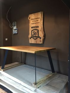 Prototyp stół wykonany w celach prezentacji dla sieci restauracji. Stół dębowy 150 na 90. Wykonanie i projekt Grzegorz Zamykal  oraz Jacek Wichrowski .41-902 Bytom tel 516996907. Projektujemy ze Zwierzaczkiem meble na potrzeby dużych i małych knajpek lokali barów itp  Zapraszamy do naszej pracowni.