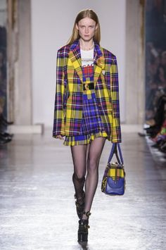 Discover the Women's Fashion Show Autumn Winter Collection by Versace. Find your favourite pieces on the Versace Official Website. 1990s Fashion Trends, Fashion Week 2018, Autumn Fashion 2018, Milan Fashion Weeks, Moda Fashion, High Fashion, Fashion Show, Womens Fashion, Fashion Design