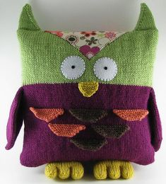 Knitting pattern for owl pillow with fabric embellishment.