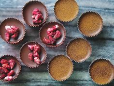 Ischoklad är väl det julgodiset som blir allra godast genom att göra det nyttigt. Byt det ohälsosamma kokosfettet i silverförpackning mot ekologisk kallpressad kokosolja och ersätt blockchokladen mot Christmas Candy, Christmas Baking, Christmas Recipes, Lchf, Healthy Sweets, Healthy Recipes, Healthy Food, A Food, Food And Drink