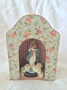 Atelier Mercedes Duran Decoupage, Fairy Box, Prayer Corner, Tilda Toy, Catholic Crafts, Home Altar, Holy Mary, Religious Art, Box Art