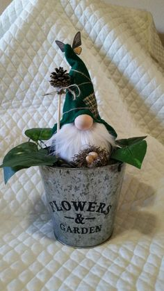 FAMILY Farmhouse Gnome with Black Hat. Gnome with Gray Beard. *Includes Gnome Only Spring Crafts, Decor Crafts, Holiday Crafts, Holiday Decor, Crafts To Make, Fun Crafts, Gnome Tutorial, Adornos Halloween, Christmas Gnome