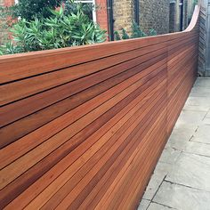 Horizontal cedar hardwood strip wood trellis screen fence oiled curved Balham Clapham Battersea Dulwich Fulham Chelsea Mayfair Clapham London Contact anewgarden for more information Backyard Plan, Backyard Fences, Outdoor Landscaping, Modern Fence, Modern Backyard, Wood Trellis, Trellis Fence, Wall Railing, Railings