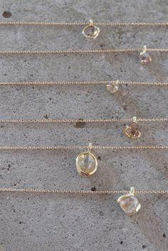ダイヤモンドの原石やラフカットのダイヤモンドを使用。世界に同じものはふたつとしてないジュエリー。