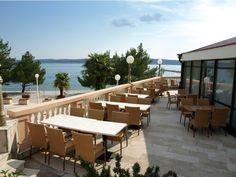 Entspannen auf der hundefreundlichen Terrasse im Hotel Kastel in Kroatien (c) Hotel Kastel