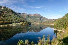 Der kleine Oberösterreichische Ort Schwarzenbach im Bezirk Gmunden hat nur rund 200 Einwohner.   Foto von Michael Fruehmann Mountain Images, Mountain Pictures, Destinations, Best Campgrounds, Seen, Parc National, Corsica, Nature Images, South Dakota