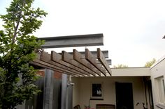 Design pergola in smalle strakke tuin - Stoss Hoveniers