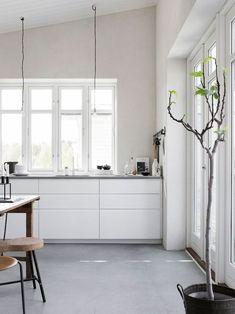 White kitchen with concrete floor. Pella Hedeby, photo by Sara Medina Lind Pella Hedeby, Küchen Design, Design Ideas, Scandinavian Home, Concrete Floors, Concrete Kitchen Floor, White Cabinets, Upper Cabinets, Kitchen Flooring
