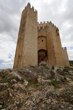 CASTLES OF SPAIN - El castillo de Vélez-Blanco está situado en la provincia de Almería. Fue mandado construir por el Adelantado de Murcia Pedro Fajardo y Chacón, tras su nombramiento como Marqués de los Vélez concedido por los Reyes Católicos. Cuando Pedro Fajardo se instala en Vélez-Blanco, fija aquí la sede de su nuevo señorío y emprende la construcción de su castillo-palacio sobre los restos de una antigua e importante alcazaba islámica.