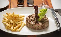 Steak tartare, servido com fritas, no restaurante Le Bife, do chef Erick Jacquin, em São Paulo, SP, Brasil.  Fotografia: Durvile Cavalcanti / Divulgação.