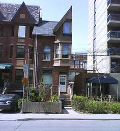 Half-a-House: 54 1/2 St. Patrick Street in Toronto, a 120 year old row house was severed from its neighbour in the 1970's when the owners refused to sell! via dailymail.co.uk and http://www.thestar.com/news/gta/2013/04/23/semidetached_house_missing_its_other_half_turns_heads.html #Half_House #Toronto