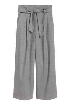 An easy step by step guide on building a teacher capsule wardrobe. In five easy steps you can have build any capsule wardrobe from pieces that you already have. Wide Trousers, Trousers Women, Wide Leg Pants, Wide Legs, Moda Streetwear, Streetwear Fashion, Grey Fashion, Fashion Looks, Fashion Outfits
