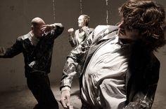 """#DANZA #TEATRO #CROWDFUNDING - 'Suit.Case' de la cia. Shahar Dor es una ceremonia de 4 hombres enfrentándose a los simbolos culturales envueltos en la figura del """"traje"""": éxito, autoridad, paternidad, miedo, represión, inmigración, status. hombres men gotas blancas white drops +info http://www.shahardor.com/ Crowdfunding verkami http://www.verkami.com/projects/5522-suit-case-danza-teatro"""