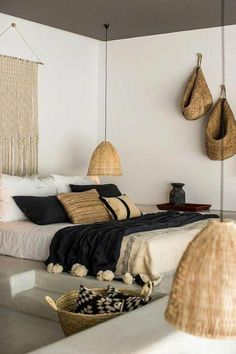 chambre a coucher moderne, murs blancs, deco exotique dans la chambre a coucher … modern bedroom, white walls, exotic deco in the complete adult bedroom Bohemian Bedrooms, Boho Chic Bedroom, Trendy Bedroom, Modern Bedroom, Bedroom Rustic, Bedroom Black, Industrial Bedroom, Bedroom Neutral, Contemporary Bedroom