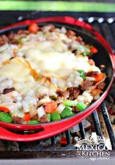 """Tacos de alambre.  El nombre """"tacos de alambre"""" se da porque los ingredientes son casi iguales a los que utilizamos para cocinar nuestros kabobs de carne (Alambres), solo que en lugar de hacerlos usando los pinchos, los cocinamos en una sartén. Estos tacos son populares en la ciudad de México y los estados centrales del país. #receta #tacos"""
