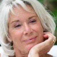 La Meilleure Astuce pour Entretenir Naturellement les Cheveux Blancs. Grey Hair, White Hair, Haircut For Older Women, Wise Women, Going Natural, Aging Gracefully, Hair And Nails, Hair Makeup, Hair Cuts