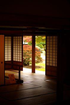 "inside-outside ""Takayama-Jinya"" Jinya is a city hall in Edo period. Japanese Style House, Traditional Japanese House, Japanese Home Decor, Asian Home Decor, Japanese Interior, Japanese Architecture, Architecture Design, Exterior Design, Interior And Exterior"