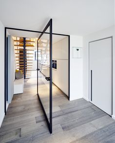 Modern stalen deuren concept met glas en zwart geanodiseerd aluminium van Anyway Doors. Voor de centrale pivotscharnier dienen geen inbouwelementen in de vloer ingebouwd te worden! Richtprijs afgebeelde deur +-€ 2500.00 euro excl. BTW.
