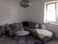 Ganz Einfach Luxerisen Flair Ins Wohnzimmer Bringen Graue Und Silberne Elemente Nutzen Um Das Edel Erscheinen Zu Lassen
