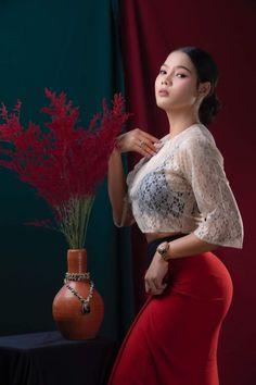 Beautiful Girl Photo, Beautiful Asian Women, Beautiful Outfits, Beautiful Clothes, Myanmar Traditional Dress, Traditional Dresses, Burmese Girls, Myanmar Women, Curvy Girl Outfits