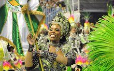 Porta-bandeira da Mocidade desfila na avenida. Agremiação levou 3.600 componentes, em 36 alas
