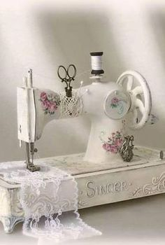 Sewing Machine Cake, Sewing Machine Tables, Antique Sewing Machines, Sewing Art, Sewing Rooms, Sewing Crafts, Cottage Shabby Chic, Shabby Chic Farmhouse, Decoupage Vintage