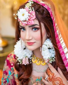 Best Bridal Jewelry for Round Face - Pakistani Pret Wear Gold Lehenga Bridal, Bridal Mehndi Dresses, Pakistani Bridal Hairstyles, Pakistani Bridal Dresses, Bridal Makeup Looks, Bridal Looks, Indian Wedding Photography Poses, Makeup Photography, Bridal Nose Ring