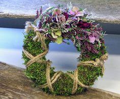 http://holmsundsblommor.blogspot.se/2014/10/vacker-krans.html Krans till grav (eller dörr), med mossa, rep, hortensia, silvergirland och calluna