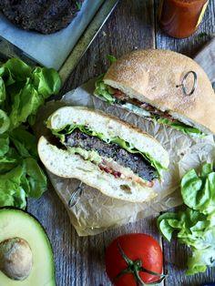 Her har du en god vegetarburger som også er utrolig enkelt å lage! Grill de eller stek de i stekepanne og server i burgerbrød med dine favoritt toppinger.   PS. lag mange når du først er i gang - de er nemlig fine å fryse! Tex Mex, Hot Sauce, Tapas, Sandwiches, Plates, Snacks, Food, Lasagne, Licence Plates