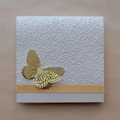 Invitación con diseño de mariposa, detalles en color oro, puede adaptarse o personalizarse con iniciales.