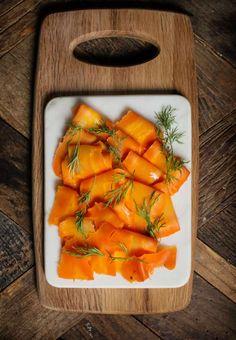 Genom att baka morötter (använd gärna stora morötter) och lägga in dem i sötsur lag med dill får man smaken av gravlax. Raw Food Recipes, Veggie Recipes, Healthy Recipes, Vegetarian Dinners, Vegetarian Recipes, Vegan Vegetarian, Paleo, Plant Diet, Vegan Fish