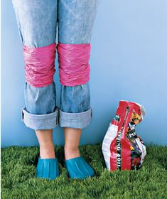 50 All-Time Favorite New Uses for Old Things Gardeners can go easy on their jeans with homemade knee pads. A couple of plastic bags tied on keep them grime-free.Some of our smartest ways to rethink common items. Plastic Shopping Bags, Plastic Grocery Bags, Grocery Bag Storage, New Uses, Real Simple, Facon, Household Items, All About Time, Life Hacks
