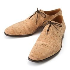 World Footwear Gallery 世界でも希なリアルコルクの靴が、フランスのブランドドゥ・ジエールから誕生しました!!コルクが靴に・・? とご心配な方もいらっしゃるかもしれません。ワインの蓋に使用されている印象が強いコルクですが、ご記憶の通り、水は浸透させないのです。水蒸気は通すため、天然ゴアテックスのようですね!天然素材ですが腐らないように加工している事や、呼吸することなど革に似た性質を持っています。ワインを嗜む夜のひと時、足元はコルクのオパンケシューズ。大人の遊び心が素敵な空間を演出してくれることでしょう・・・。