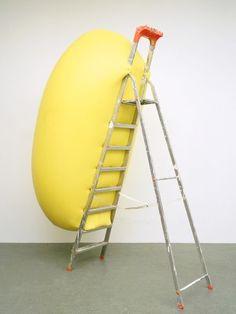 Hans Hemmert // o.T. (gelbe Skulptur passend zu Leiter), 1998, Latexballon/Luft/Künstler/Leiter, Cibachrom 100x75cm