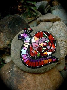 Mosaic snail made from old CDs and glued to a stone for the garden! I JUST cut up some old CDs too! Mosaic Crafts, Mosaic Projects, Mosaic Art, Mosaic Glass, Mosaic Tiles, Glass Art, Stained Glass, Mosaic Mirrors, Sea Glass