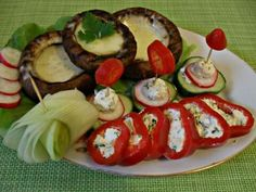 Ciuperci umplute cu cascaval ,ardei umpluti cu crema de branza( telemea (50gr)de capra +o lg smantana +frunza de patrunjel.
