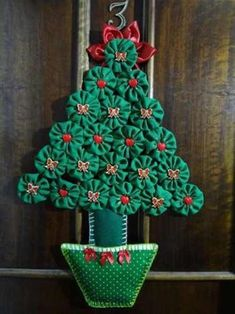 veja 90 ideias to decorate and present Creative Christmas Trees, Fabric Christmas Trees, Christmas Card Crafts, Christmas Tree Themes, Christmas Table Decorations, Homemade Christmas Gifts, Felt Christmas, Holiday Crafts, Holiday Ornaments